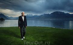 Бюль Рене – мы встретили его в самом дорогом городе Женевского озера, Монтрё, рядом со старым замком, где он прогуливался в парке, с молодой женой и общался ...