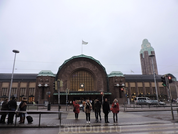 И снова вокзал. Это центральный вход, над которым возвышается башня с часами.