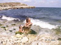 """Русалочка и ее """"русал"""") Пляж там не ахти, всегда весь в траве, и заходить по камням не удобно. Но из-за платного входа это один из самых чистых пляжей ..."""