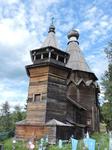 Колокольня была построена позже церкви и уже после ее соединили с главным зданием крытым крыльцом и дополнительным притвором