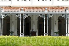 В отеле останавливаются все знаменитости, приезжающие в Сингапур. Гостями Raffles Hotel были Редьярд Киплинг, Сомерсет Моэм, Чарли Чаплин, королева Елизавета ...