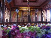В храме Зуба Будды.