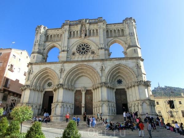 Кафедральный Собор Святой Марии и Святого Юлиана (La Catedral de Nuestra Señora de Gracia) является одним из самых древних и самых важных монументов города. Он был построен в конце XII века, после освобождения города от мавров королем Альфонсо VIII. Собор ...