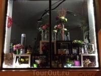 А это уже в моем районе)), в Праге 6 - витрина цветочного магазина. Единственными оживленными островками в этом районе и в этот час являются ресторанчики ...