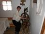 Прялка и казачка-пряха Каждое здание – точная копия старинной казачьей постройки, а все внутреннее убранство подлинное, собранное по крупицам в кубанских ...
