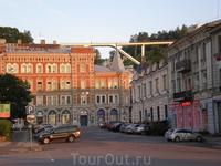 Сооружение в виде моста - это смотровая площадка, откуда открывается потрясающий вид на Нижний Новгород.