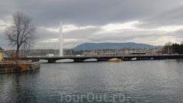 Фонтан Же д'O на женевском озере