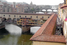 Вид на Золотой мост из Галереи Уффици, с единственного места разрешённого для съёмки.