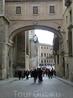 До соборной площади (Plaza del Ayuntamiento) остается совсем немного - пройти через арку.