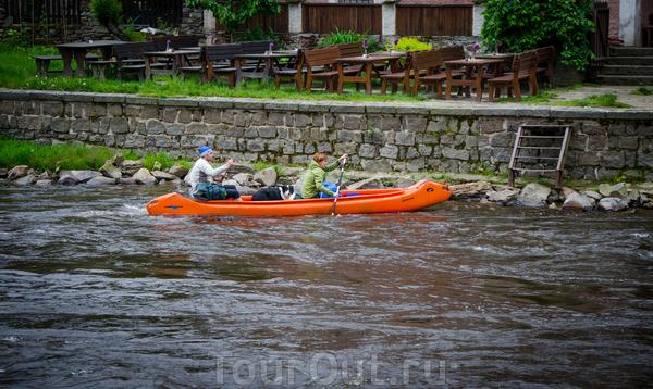 В Праге такого не видели, а вот в Крумлове сплавляются на байдарках, даже с собаками)))