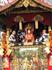 Всегда традиционна для праздника главная возглавляющая фестивальную процессию повозка, на которой сидит маленький мальчик – символ божества храма Ясака ...