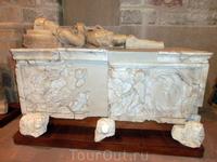 Из общего числа древностей выделяется вот этот саркофаг XVI века, произведение Vasco de la Zarza.