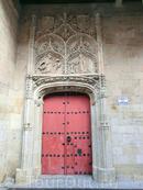 Здесь же неподалеку находится небольшая церковь Сан Бенито, простой романской постройки, датируемой XII веком. Но зато у нее очень красивый центральный вход со сценой Благовещения и гербами фамилий Fonseca и Acevedo.