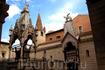 Верона. Семейное  кладбище  Скалигеров. Слева Арка Мастино II, о коротом писалось выше. В  наружней  стене  семейной  церкви  Санта Мария Антика виден ...
