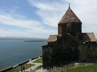 Озеро Севан, которое называют армянским Байкалом. У него стоит храм Севанаванк.