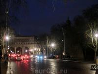 Улица The Mall, связывающая Букингемский дворец и Трафальгарскую площадь. Вдали виднеется Арка Адмиралтейства, которая носит название по находящемуся рядом ...
