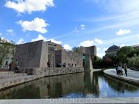 Jardines del Descubrimiento - это парковая зона все на той же площади Колумба. Приятное место для отдыха - фонтан, скамеечки в тени олив и монумент , посвященный открытию Америки.