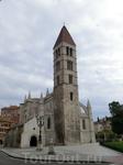 Удивительно, но эта белая не очень испанского вида церковь. Вообще вся эта площадь (plaza de Portugalete) мне напомнила Хорватию. La iglesia de Santa María de La Antigua, была построена в XI веке. Ее