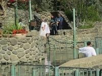 В Иордане, вернее в местечке Ярдонит, обустроенном и комфортном, как принято, окунаются в воды. В белых одеждах, купленных в лавке сувениров, по широким ...