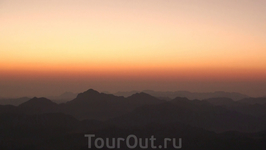 Примерно через 2,5 часа мы были на вершине! Ночную мглу постепенно сменяет утренняя заря.