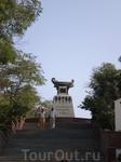 """Памятник Казарскому и бригу """"Меркурий"""". На высоком прямоугольном пьедестале, слегка сужающемся кверху, установлено отлитое из металла символическое военное ..."""