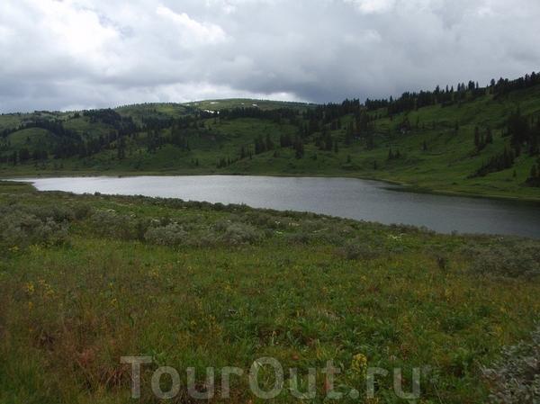 Озеро Манское. Восточный саян. Высота озера 1430 метров над уровнем моря. Из этого озера вытекает одна из культовых рек Красноярского края р. Мана. Берет свое начало из этого озера и через 575 км впадает в Енисей. В этом озере водится только крупный хариус ...