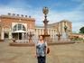 Фонтан на привокзальной площади Биробиджана . В центре минора с часами.