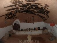 в таких прохладных пещерах еще совсем недавно жили люди. сейчас - это места паломничества туристов