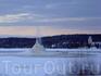 Замерзший, но бьющий фонтан, где-то по дороге в Швеции