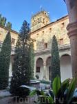 Вид из внутреннего двора на колокольню церкви.