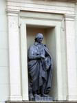 28 статуй на фасаде Нового Эрмитажа изображают мастеров искусств древнего мира.