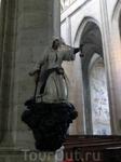 Статуя рудокопа внутри собора.