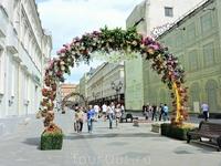 Вдоль улицы были установлены цветочные арки
