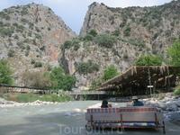 Ресторан на пантонах каньонной реки