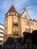 Рядом с колледжем стоит ещё парочка старинных домов, фасады которых жители украшают по-своему, кто-то вывешивает бельё на балкон...