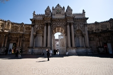 Ворота дворца Долмабахче. На мой взгляд этот дворец - образец дурновкусия. Но султану нравилось, и это главное :)