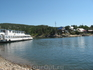 пароход для экскурсий на голубом заливе