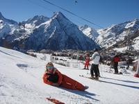 У подножья горы находится Лез дез Альп