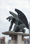 на мосту статуя...