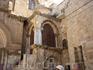 На входе в Храм находится часовня Разоблачения (Предел Деления Риз).