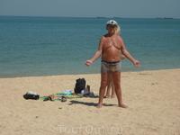 Самый загорелый человек на пляже в этот день