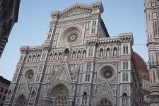 Собор Санта-Мария-дель-Фьоре имеет  форму  латинского  креста,на момент   завершения постройки являлся самым  большим в  Европе,его длина 153 метра,ширина ...