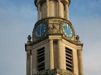 Часы на башне показывают абсолютно разное время. Для меня это так и осталось загадкой.