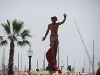 На горизонте показалась фигура Христа. Зрители приветствуют его радостно хлопая в ладоши.