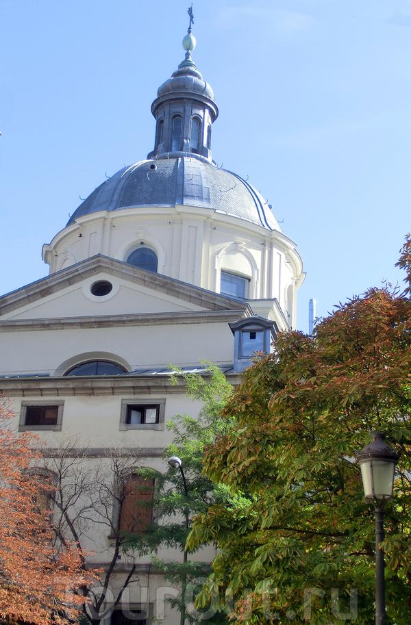 Итак, следующим утром мы направились к церкви Святой Барбары (Santa Bárbara). Церковь строилась как монастырь El Monasterio de Visitación (Благовещения), основанный в 1748 году по инициативе королевы Барбары Браганца, супруги короля Фернандо VI. Монастырь ...
