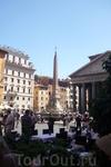 Рим. Piazza del  Rotonda,  слева  Пантеон( Pantheon), в  центре  обелиск Пантеона.