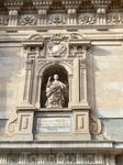 Барочный фасад церкви украшают коринфские полуколонны, растительные узоры, гербы Испании, в нише установлена статуя San Marco.