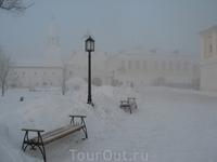 Прекрасно оформленная территория монастыря, на заднем плане зимние настоятельские кельи.