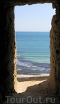 Вид на море и город через бойницы монастиря...
