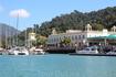 В этом районе расположен один из дорогих отелей, поэтому на пристани пришвартовано много яхт